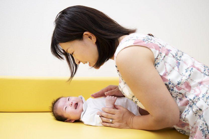 赤ちゃんに話しかける母親