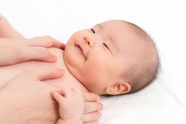 仰向けで微笑む赤ちゃん